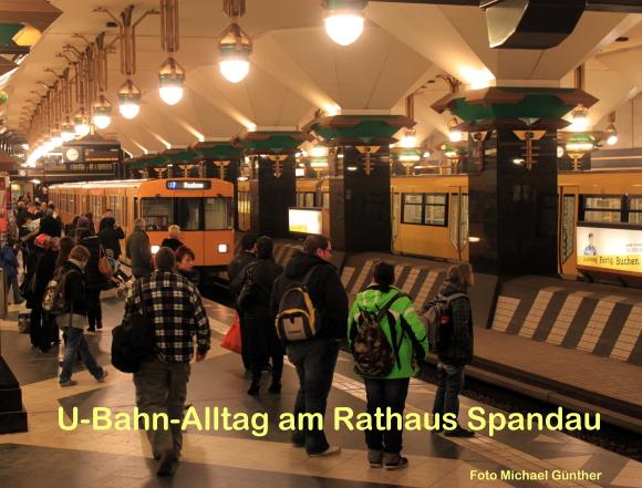 U-Bahn-Alltag am Rathaus Spandau